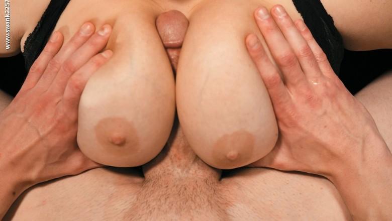 Порно зрелыми огромный хуй между сисек в лифоне фото эротика большими
